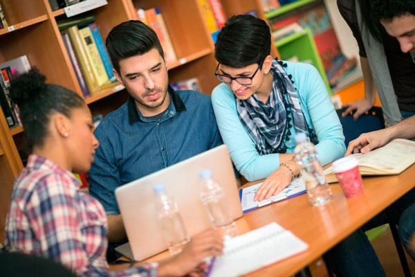Promoción sobre formación online y opiniones positivas acerca de Escuela de Empresa